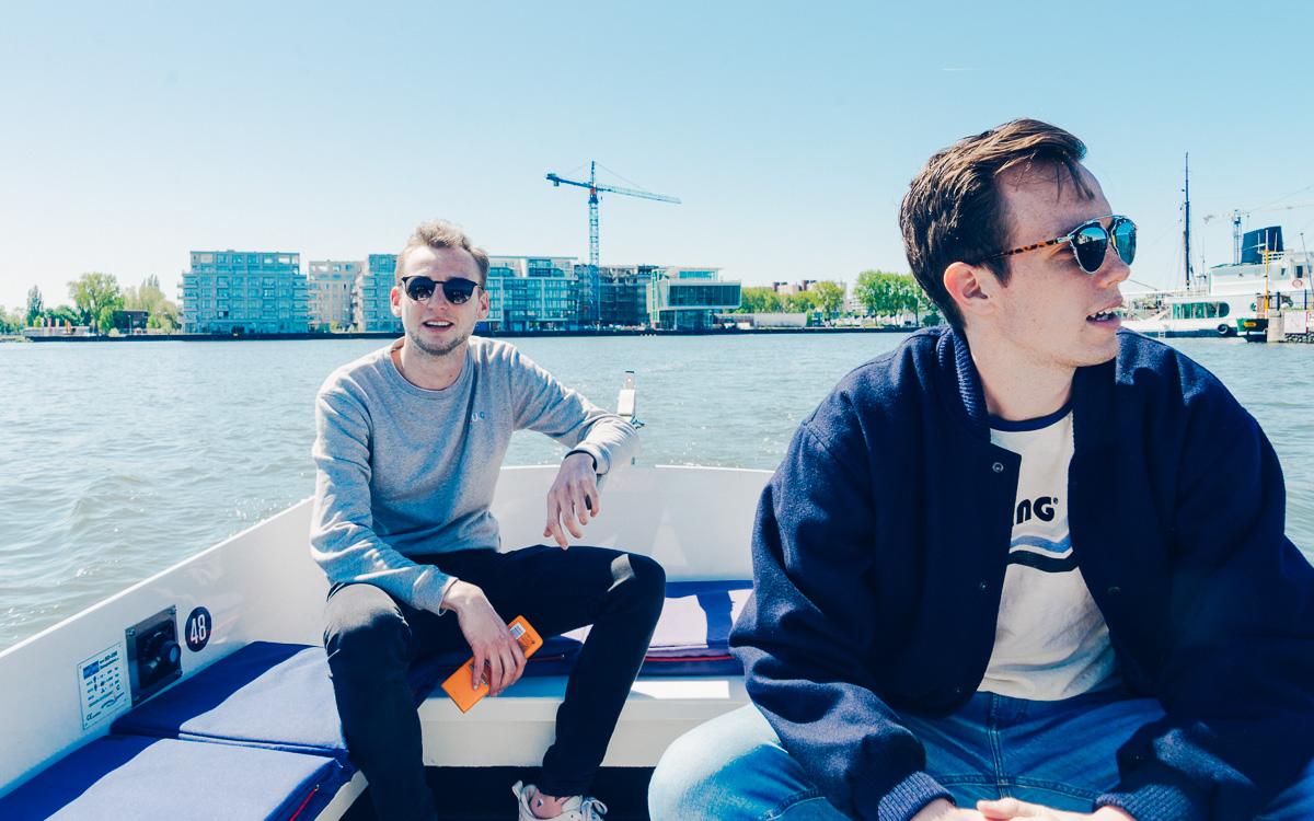 hipsters varen in amsterdam brilletje op gaan
