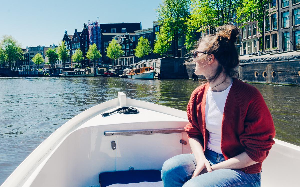Lief knap hip meisje vaart door Amsterdam