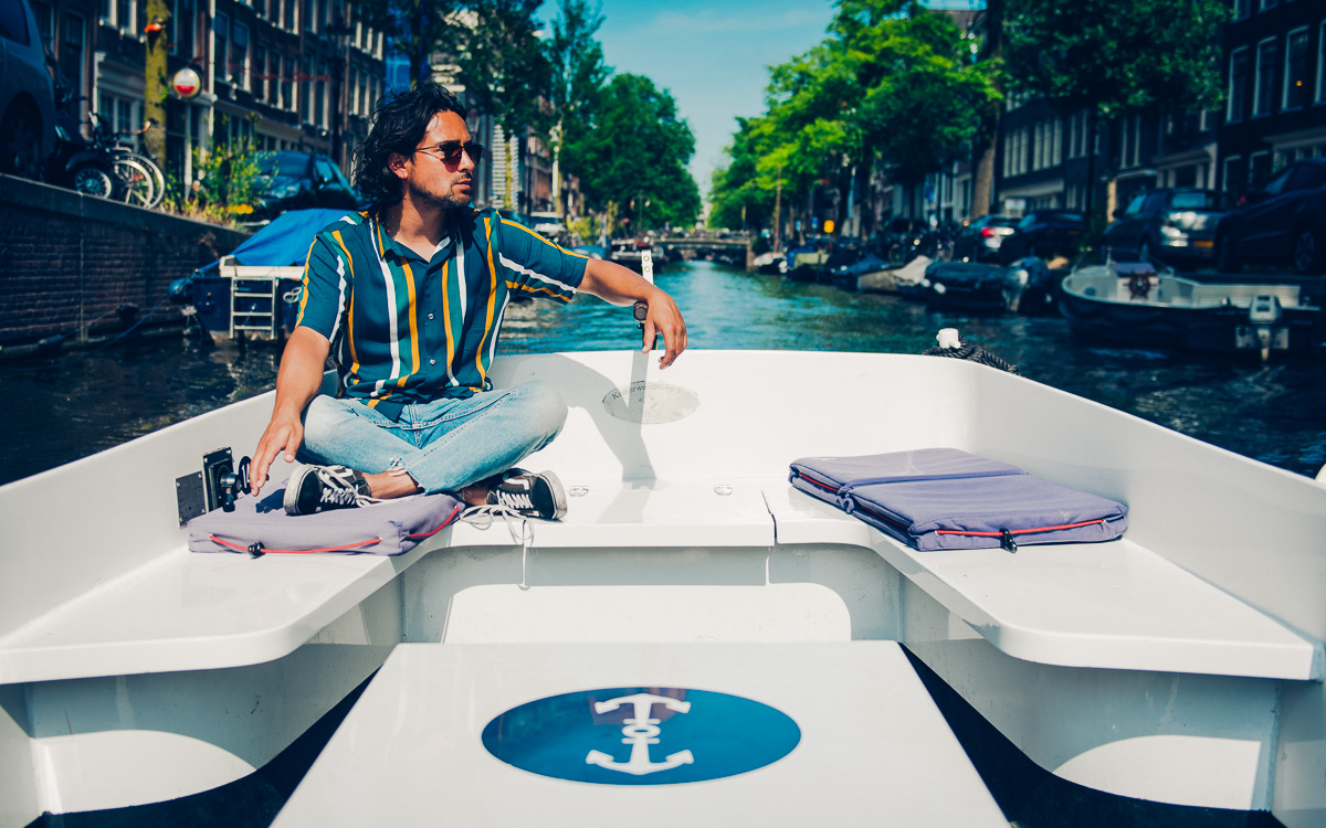 boot huren en over gracht amsterdam varen